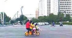 大同市街道惊现一辆共享电动车 大人小孩坐4人