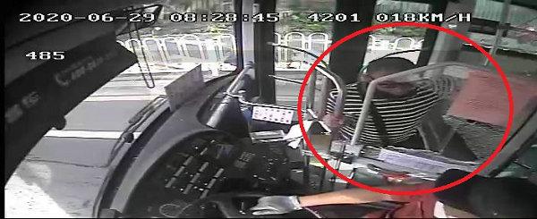 男子砸烂公交车玻璃,刑拘!