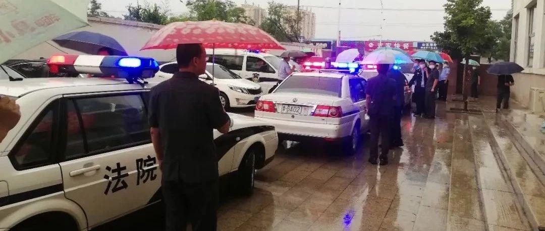 凌晨抓人!潍坊警车集结,警灯闪烁,干警冒雨突袭,堪比大片!