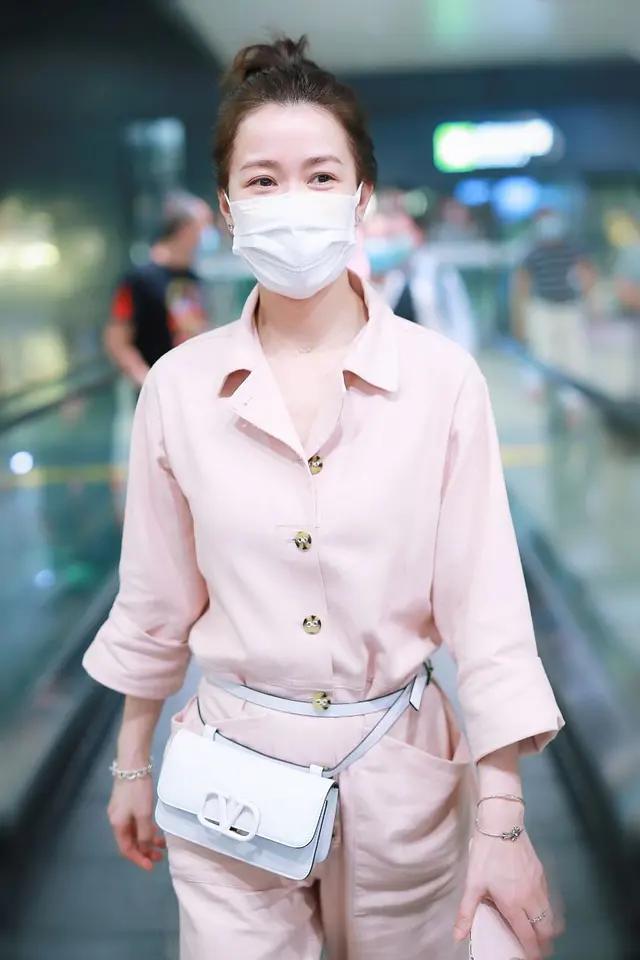 再次被佘诗曼惊艳,45岁穿粉色工装裤配丸子头,说是少女也不过分