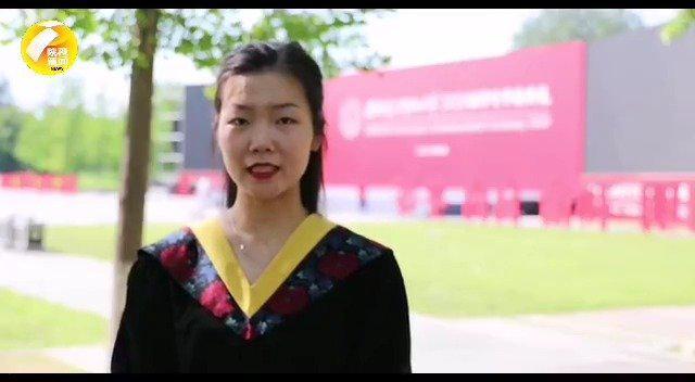西电女毕业生戴电路板学士帽:走起路来有种清宫戏的感觉