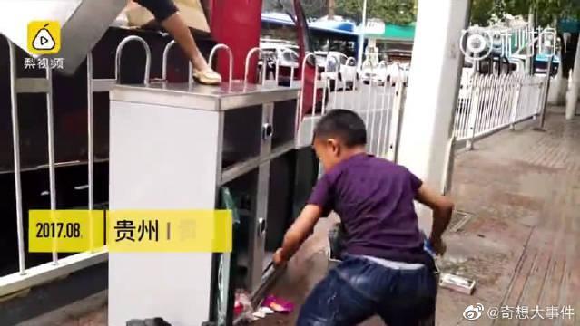 9岁小男子汉!手举20斤垃圾桶,为环卫工妈妈分忧