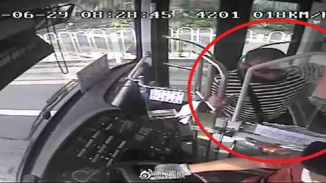 公交车行驶中,广州一男子用拳头打碎防护玻璃,致司机受伤被刑拘