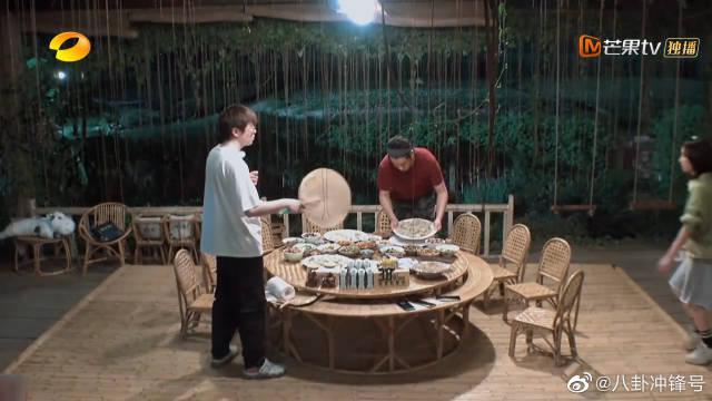 岳云鹏:这个节目太好吃了~ 黄磊老师做的拌黄瓜都那么有味道……