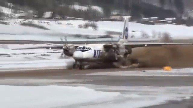 UTAir航空公司安-24从泥泞的跑道上起飞!