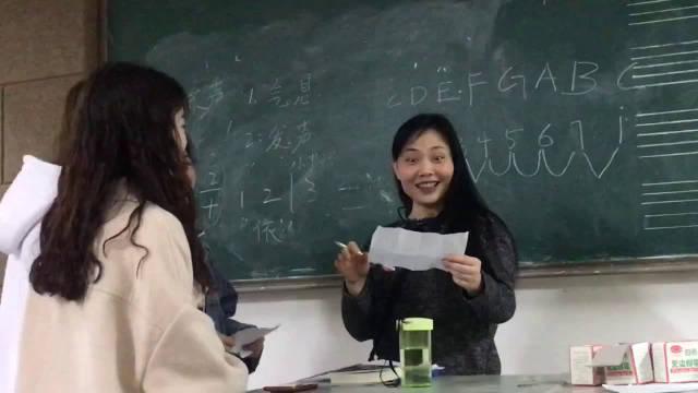 女大学生请假理由竟然是结婚,女老师表示受到了暴击