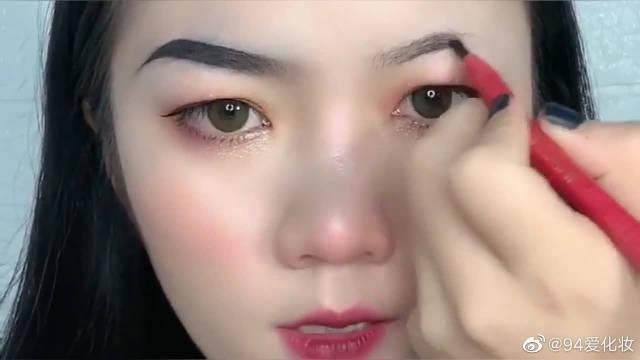 美妆博主教你两边眉毛应该如何画才一样……