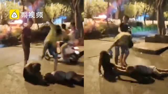 警方通报男子当街暴打女子:女子涉嫌吸毒……