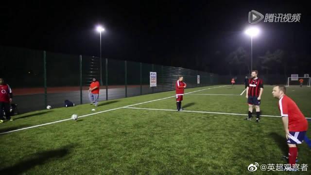 英国举办胖子足球联赛 看大肚男身法灵活激战绿茵场