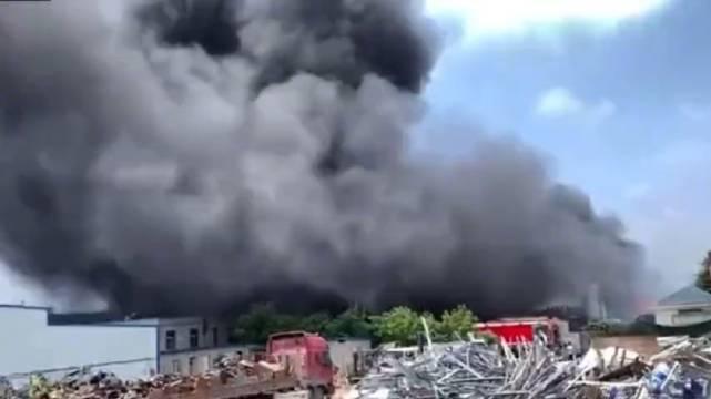 突发!合肥一食品厂突发火灾 直升机出动救援
