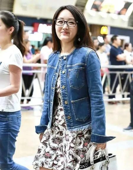 """杨钰莹不""""装嫩""""了?牛仔外套配印花裙好随性"""