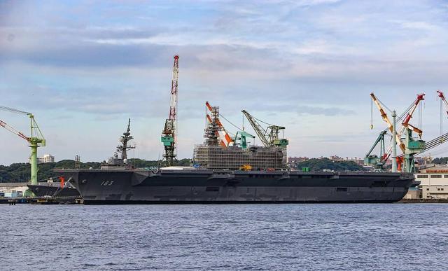 出云号正在港口改装真航母,可搭载28架F35,日本意图何在?