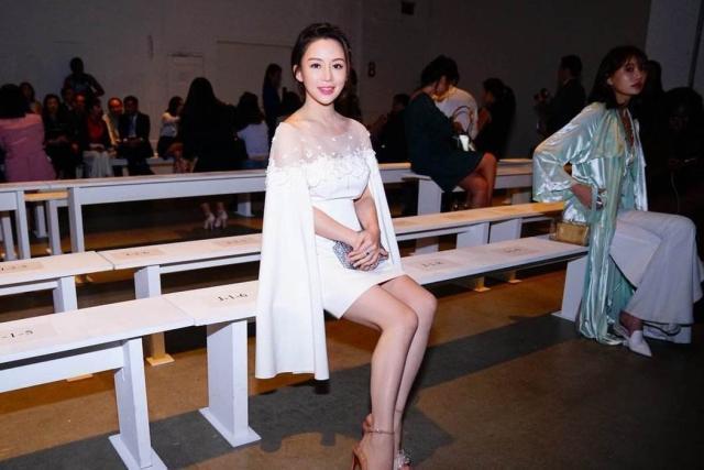 37岁潘晓婷晒新照,卖萌装嫩,工作也爱自拍,男友标准已更新