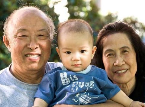 隔代养育有分歧?父母巧用3大原则进行良性沟通,实现和谐的教育