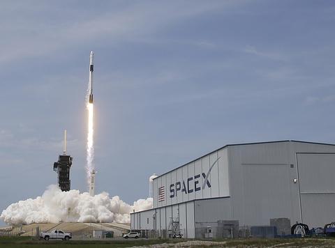 """在俄罗斯帮助下,美国""""乘员乘龙""""号飞船与国际空间站对接成功"""