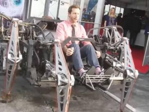 加拿大五名男子花费7个月发明出机械蜘蛛代步车,成街头焦点!