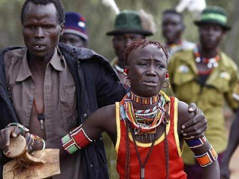 """非洲部落的""""野蛮""""婚礼,新娘惨哭求助,家人却都冷眼旁观"""