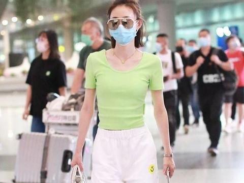 """王丽坤低调现身机场!穿绿色T恤半扎丸子头,""""蛤蟆""""眼镜好吸睛"""