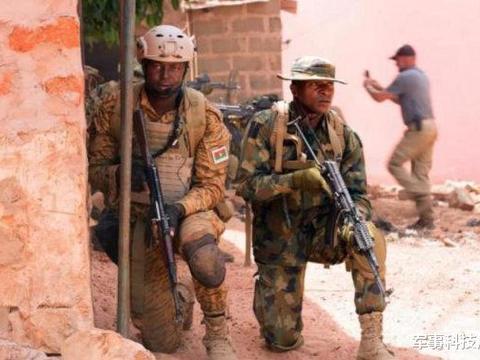 尼日利亚特种兵晒照,全身装备齐全,手中的AK-74步枪很有战术范