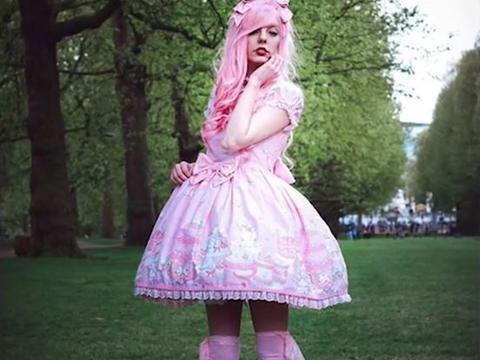 英国21岁女孩痴迷洋娃娃,购置衣服花费17万,被人们称为公主