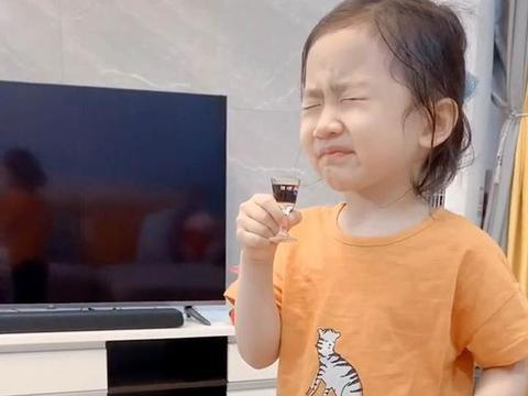 """女儿吃药要用酒杯,""""一口闷""""的模样彰显豪爽气质,妈妈:随她爸"""