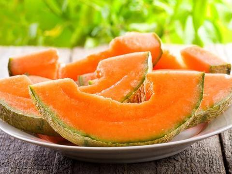 """哈密瓜被称为""""瓜王"""",夏天吃好处多,但有5个禁忌,别忽视了"""