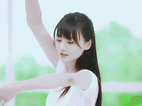 郑爽穿白纱裙翩翩起舞仙气十足 再跳《爱的华尔兹》引回忆