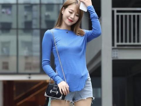 街拍:夏季出街的时尚首选,T恤搭配牛仔短裤,好一个青春美少女