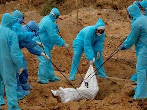 引发众怒!印度医护人员瞒着死者家属,将新冠患者遗体扔进乱葬坑