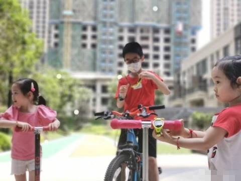 杨威带儿女骑车,杨阳洋戴妹妹墨镜耍酷,却被霸气侧漏的妹妹抢镜