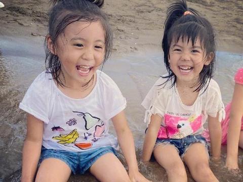 修杰楷陪女儿玩游戏,波妞调皮挡住爸爸的脸,咘咘立马模仿妹妹