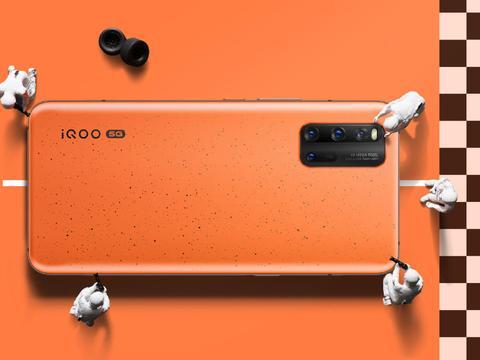 iQOO 3配备了一块Super AMOLED极点全面屏,显示效果非常出色