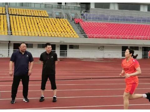 俩主教练站一起边看边聊,刘雨辰跑步最抢镜