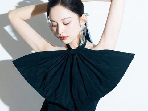 古力娜扎又晒新造型,巨型蝴蝶结设计个性十足,更显纤细好身材