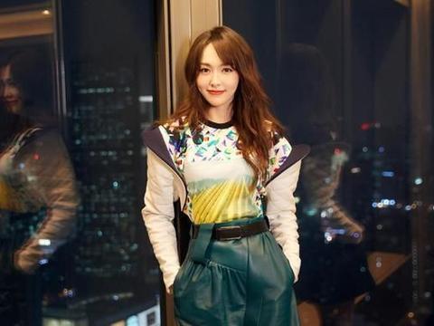 """唐嫣不仅可以很美,还能很酷炫,穿""""飞碟装""""太有趣了"""
