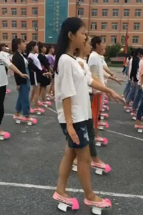 满族地区的学生练起了格格步伐……