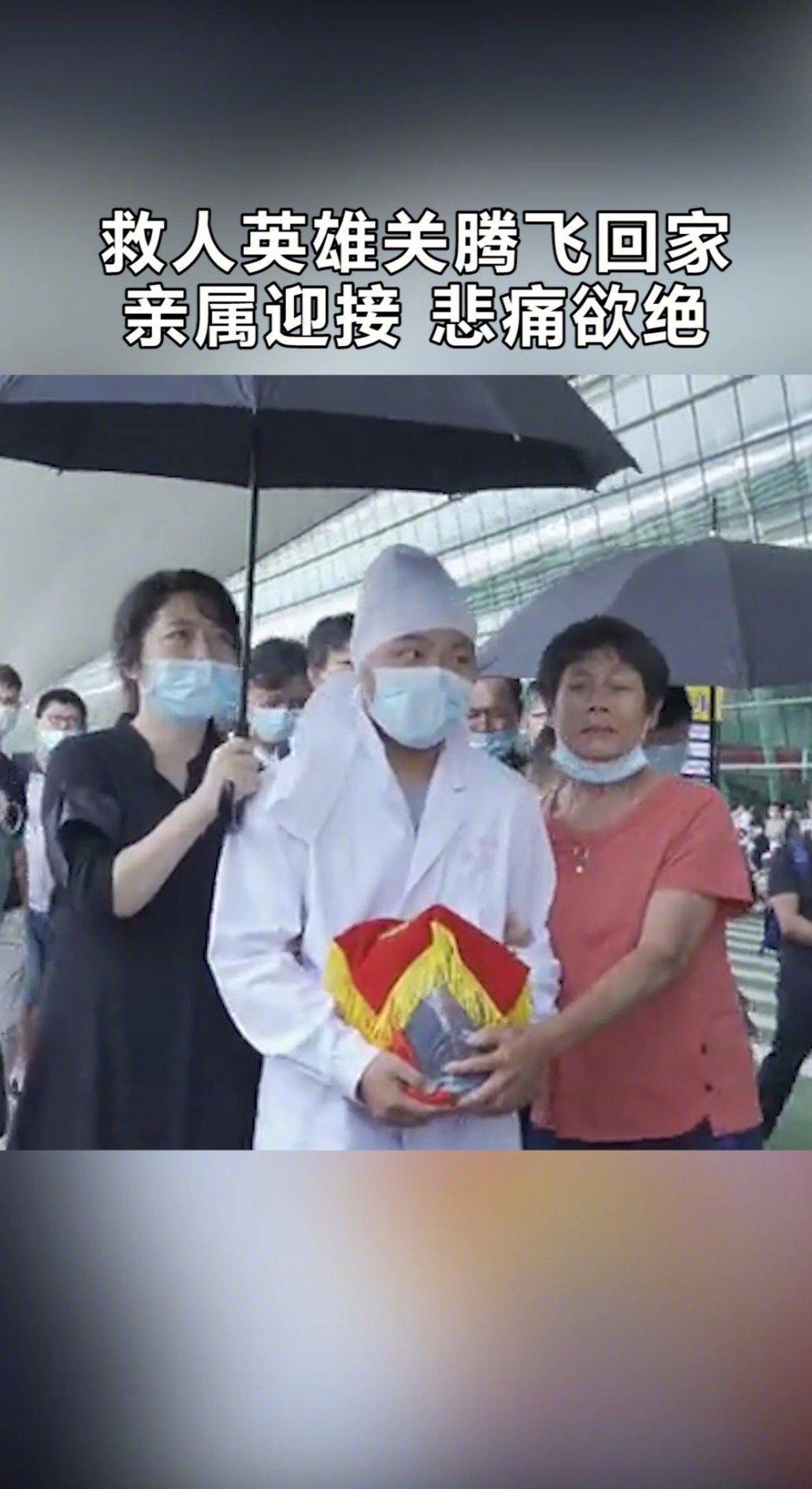 这一幕泪奔!救人英雄关腾飞骨灰抵达武汉天河机场