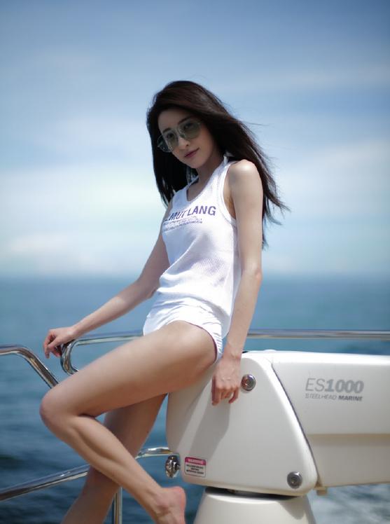 林峯堂妹开游艇生日趴,穿性感泳衣身材吸睛,刘恺威现身秀肌肉