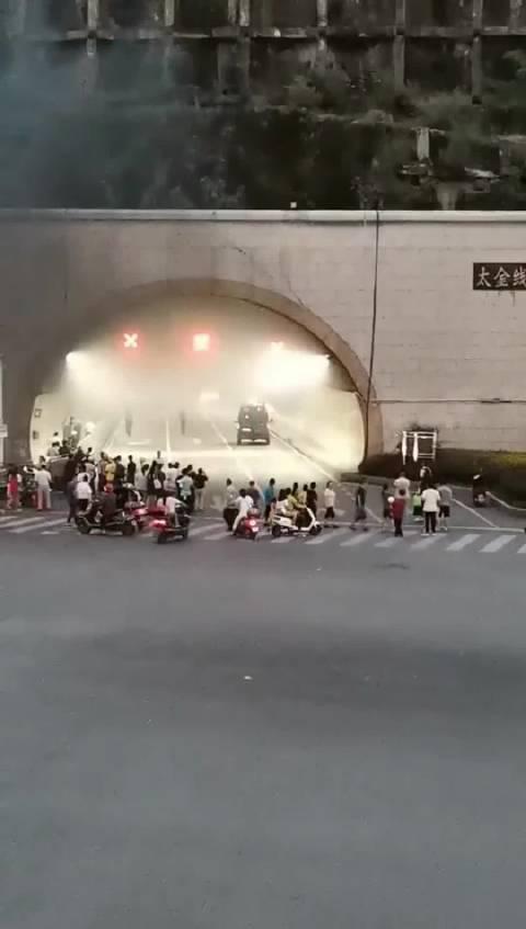 贵阳太金线隧道内一汽车发生自燃……