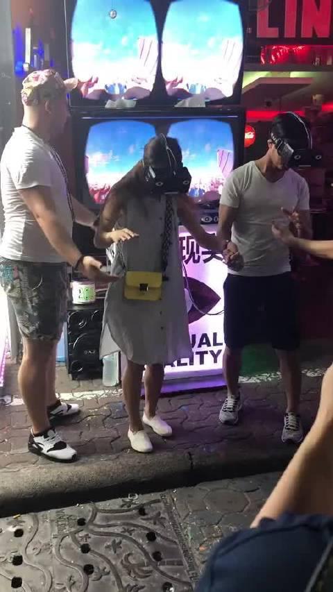 芭提雅酒吧一条街一个叫虚拟现实的游戏……