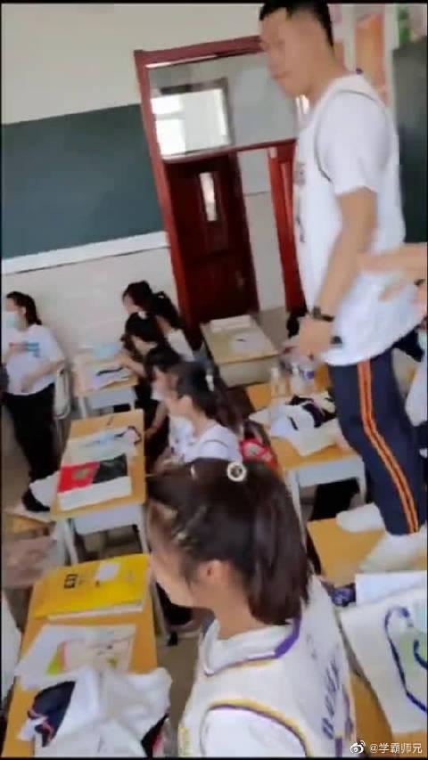 同学们把科比球衣当做班服,想起科比的一生,总觉得很令人动容!
