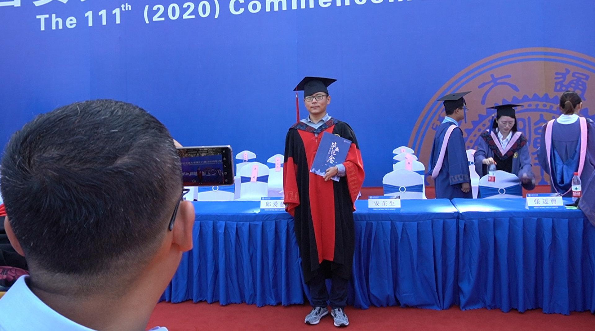 西安交大毕业典礼独臂博士引人注目:曾多次面试被拒……
