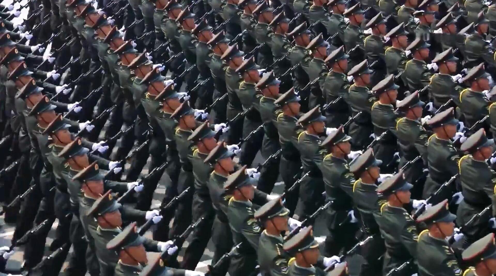 新中国70周年大阅兵,陆军方队接受检阅,正步劈枪威武霸气!