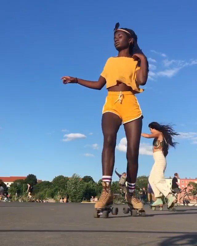 小姐姐Oumi柏林街头穿旱冰鞋跳舞……