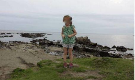 男子带女儿去海边玩耍,回家发现照片怪异,放大后男子全身流汗