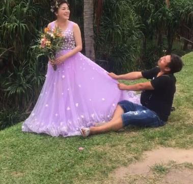 小夫妻森林拍婚纱照,骚气摄影师拉裙摆撒娇新娘,成片美如画!