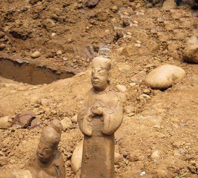 老人挖出不少古文物,专家鉴定后,称件件价值不菲!