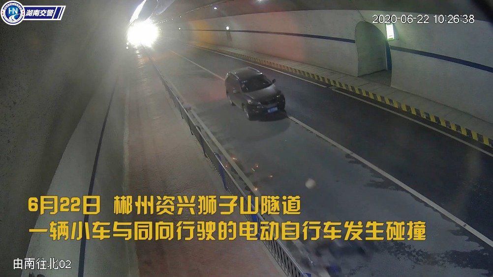 郴州隧道惊魂!两车相撞致与地面摩擦产生出火花