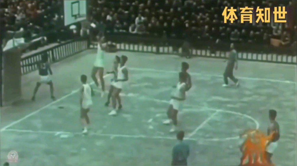 1959年全运会男篮比赛,那时候的观众笑容好淳朴啊……