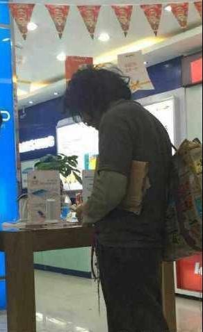 """乞丐不换装,""""下班""""后直接到营业店,用现金全款买苹果手机"""